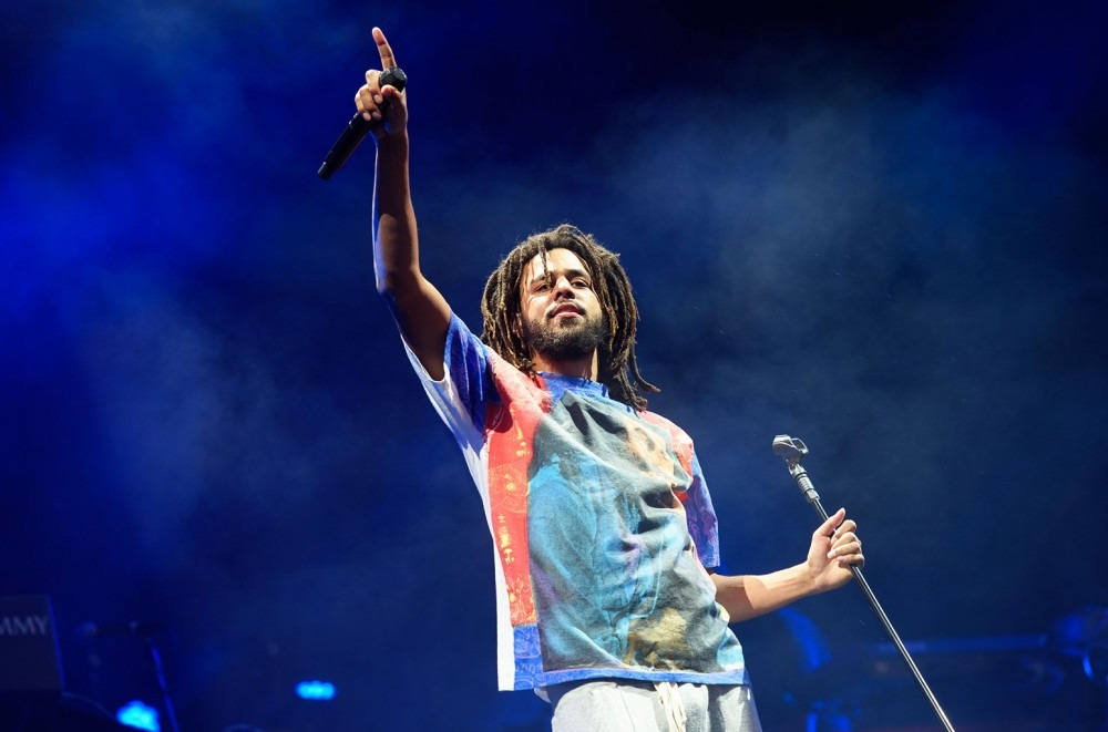 89179426a4c0 The first clue that J. Cole fans were in store for a great evening was  revealed as lucky early birds filed into Los Angeles' Staples Center on the  opening ...