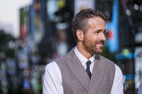 Will Ferrell Christmas Carol.Ryan Reynolds Will Ferrell Team Up For Musical Remake Of